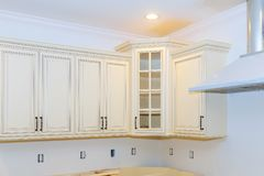 För kabinetthemförbättring för nytt hem- kök omdanar inre kök royaltyfria bilder