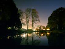 För kafé- och rodddamm för magnesia väl Harrogate för trädgårdar för dal stjärnbelyst natt Arkivfoto