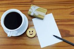 För kaffevesenie för morgon varmt pechenie och ställe för lyckönskan Arkivbild