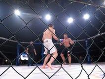För kampsportkonkurrens för extrem sport blandat Muttahida Majlis-E-Amal MAXMIX för turnering Åttahörnig cirkel för kamper Arkivbild
