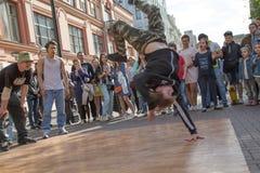 För kapacitetsdans för folk editirial hållande ögonen på dansare för gata Arkivfoto