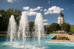 För Kapitoliumbyggnad för Topeka Kansas i stadens centrum stad S för huvudspringbrunnar Arkivfoton