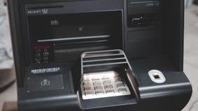 För kassa pengar ut på en ATM arkivfilmer