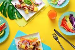 För kebabsommar för hawaiibo höna grillat begrepp för mat royaltyfria bilder