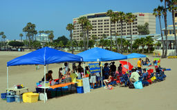 För Kidz för kajaker 4 skola utbildning på stranden på Marina Del Rey. Arkivbilder