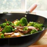 för kinesisk wokar den stiry grönsaken matsmåfisk för nötkött Arkivbilder