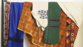 För klädertextil för etnisk design nationella kläder arkivfilmer
