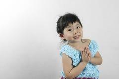 För klänninghälsningar för flicka thai sawasdee Royaltyfri Foto