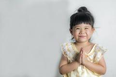 För klänninghälsningar för flicka thai sawasdee Royaltyfria Bilder