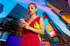För klänningtelefon för blond flicka röd Times Square NYC för pratstund royaltyfria foton