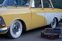 För klassikerguling för tappning gammal taxi I Arkivfoto