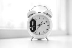 För `-klocka för nolla nio bakgrund för bokeh för klocka för morgon Arkivbilder