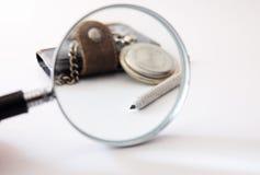 För klockaanteckningsbok för förstoringsapparat gammal blyertspenna Royaltyfri Bild