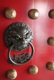 för knackarelion för porslin kinesisk dörr funnet beskyddande Royaltyfria Bilder
