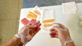 För kockdanande för POV personlig sikt för yrkesmässig sushi Royaltyfri Fotografi