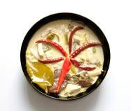 För kokosnötkräm för berömd thailändsk mat kryddig soppa med höna Arkivfoton