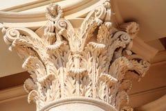 För kolonnhuvudstad för kräm- färg kursivt Corinthian fragment Forntida arkitektonisk beställningsbyggnadsdekor royaltyfri foto