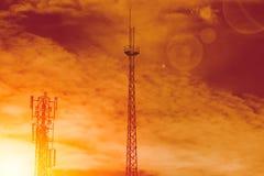 För kommunikationstorn för trådlöst nätverk shilhouette royaltyfria foton