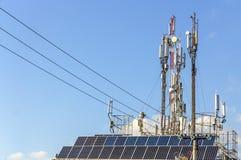 För kommunikationstorn för tre mobiltelefon signal för överföring Royaltyfria Foton