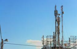 För kommunikationstorn för tre mobiltelefon signal för överföring Royaltyfri Bild