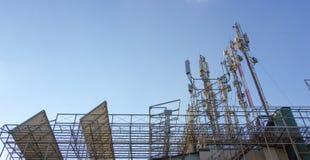 För kommunikationstorn för tre mobiltelefon signal för överföring Royaltyfri Fotografi