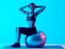 För konditionpilates för kvinna isolerade exercsing exercices Arkivfoto