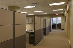 för kontorsöppet utrymme för beige cubicals generiskt arbete för solbränna Royaltyfri Fotografi