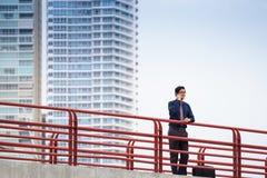 För kontorsarbetare för stående säker kinesisk asiatisk telefon Royaltyfri Bild