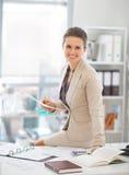 för kontorskvinna för affär lycklig working arkivfoto