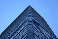 för kontorstorn för vinkel windowed glass sikt Arkivbild
