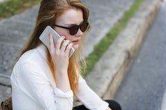 För konversationtelefon för flicka talande begrepp Royaltyfri Fotografi