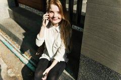 För konversationtelefon för flicka talande begrepp Arkivfoto