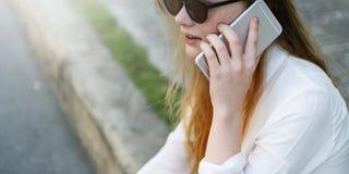 För konversationtelefon för flicka talande begrepp Royaltyfri Bild