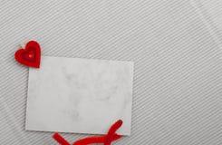 För kopia-utrymme för tomt kort meddelande text och röd hjärtasymbolförälskelse Arkivbild