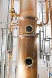 För koppar alembic fortfarande inom spritfabrik arkivfoton