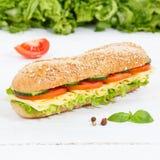 För kornkorn för undersmörgås hel bagett med ostfyrkanten på w royaltyfria bilder