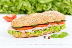 För kornkorn för undersmörgås hel bagett med skinka på trägalt royaltyfria foton