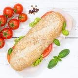För kornkorn för undersmörgås hel bagett med skinkafyrkanten från ab fotografering för bildbyråer