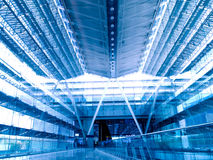 för korridorterminal för flygplats blå ton Fotografering för Bildbyråer