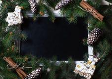 För kortträd för nytt år filialer med leksaker och ramen Arkivfoto