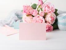 För kortvalentin för tomt papper rosa dag för ` s och rosinbjudan Fotografering för Bildbyråer