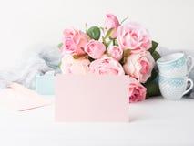 För kortvalentin för tomt papper rosa dag för ` s och rosinbjudan Arkivfoton