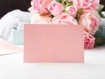 För kortvalentin för tomt papper rosa dag och rosor för ` s Royaltyfri Foto
