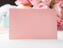 För kortvalentin för tomt papper rosa dag och rosor för ` s Fotografering för Bildbyråer