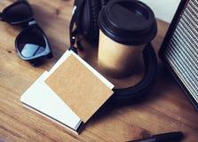 För Kraft för Closeupbuntmellanrum bakgrund för tabell för modell för kort för affär papper Wood Ta den bort Coworking för kaffek arkivfoto