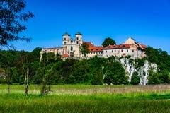 för krakow för abbeybenedictinekull nästa poland landmark flod till tyniec wisla royaltyfri foto