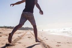 För kroppspring för pojke oidentifierad strand Arkivbild