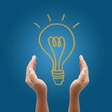 för kulahand för bakgrund blå lampa för holding Royaltyfri Foto