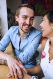 För kvinna` s för glad man hållande hand i kafé Fotografering för Bildbyråer