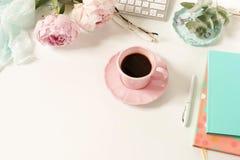 För kvinna` s för lägenhet lekmanna- skrivbord för kontor Kvinnlig workspace fotografering för bildbyråer